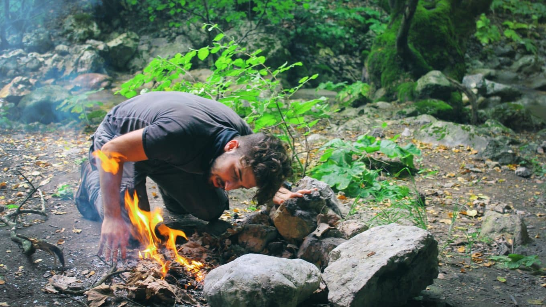 personne allumant du feu